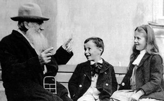 Farbror Tolstoj till vänster, i hatt.