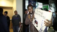Se reaktionerna när en kille kommer ut med ett Sega Master System från PS4-lanseringen.